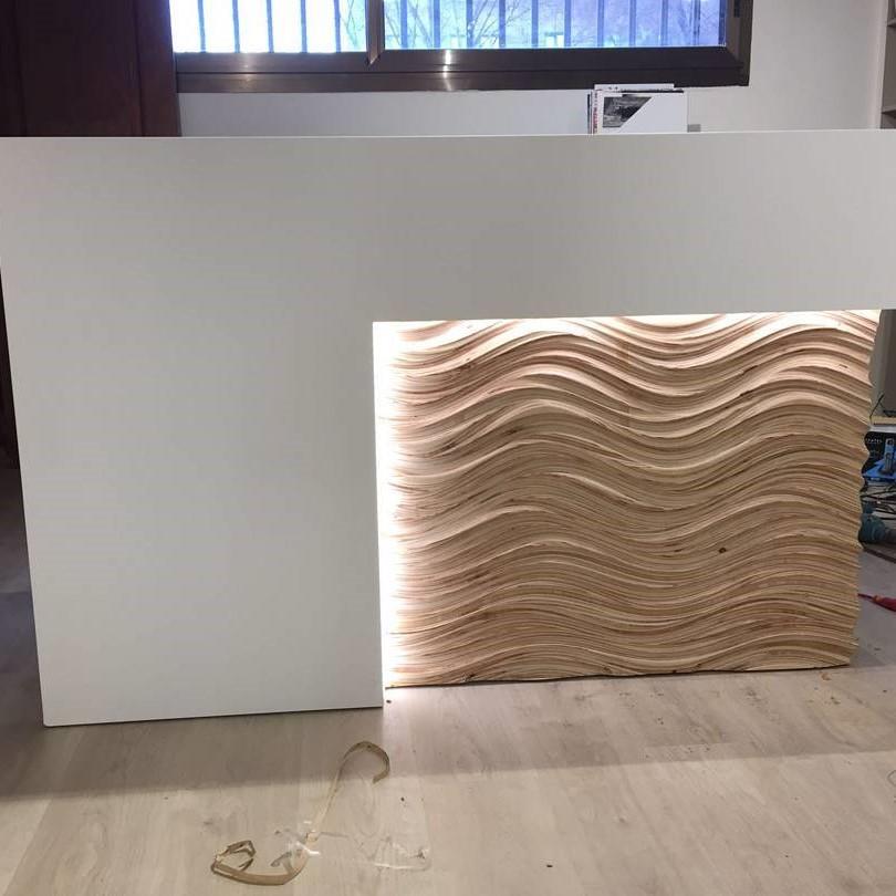 Mostrador con panel decorativo en madera e Abedul